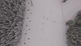 Ansicht vom Himmel im Skiort stock video