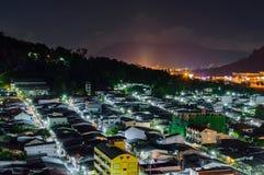 Ansicht vom hohen Gebäude sehen zu Amphoe Kathu in der Nachtzeit, Phuke Lizenzfreie Stockfotografie