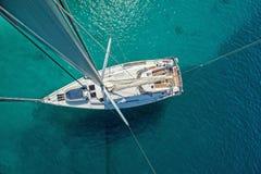 Ansicht vom hohen Winkel des Segelboots Luftbildfotografie des Schiffs Stockfotografie