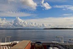 Ansicht vom Horten - Moss Ferry, die Oslofjord in Norwegen kreuzen Autos auf Autoplattform lizenzfreie stockfotografie