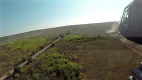 Ansicht vom Hubschrauber-Fliegen am Schlachtfeld POV stock video