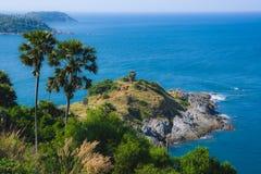 Ansicht vom Kap Promthep in den Palmen und dem Meer lizenzfreie stockfotografie