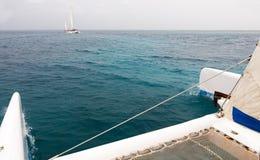 Ansicht vom Katamaran auf einem anderen Katamaran auf dem Ozean Stockbild