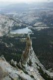 Ansicht vom Kathedralen-Spitzenkletternabenteuer Yosemite Nationalpark in Kalifornien und in den Seen im Hintergrund Stockbild