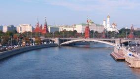 Ansicht vom Kreml und von Fluss in der Stadt von Moskau stock video