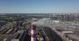 Ansicht vom Luftfliegen aove das rote und weiße Rohr von der Anlage stock footage
