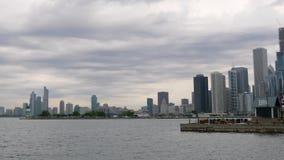 Ansicht vom Marine-Pier über den Skylinen von Chicago stock footage