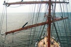 Ansicht vom Mast auf sailsboat Plattform Stockfoto