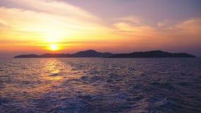 Ansicht vom Meer zur Insel während des Sonnenuntergangs, Meerblick stock footage