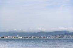 Ansicht vom Meer zur Stadt stockbilder