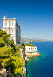 Ansicht vom Monaco-Schacht mit ozeanographischem Museum Stockfotos