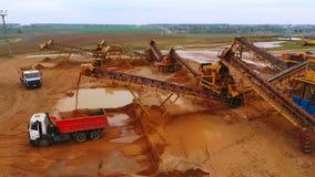 Ansicht vom oben genannten Bergbauförderer, der an Sandbergwerk arbeitet Bergwerksausrüstung stock video