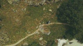 Ansicht vom oben genannten Gebirgstouristen, der entlang schnellen Fluss geht Wandern des Berges lizenzfreies stockbild