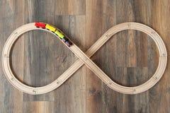 Ansicht vom oben genannten hölzernen Zug und von der Eisenbahn für Kinder auf Bretterboden lizenzfreies stockbild