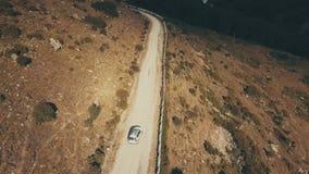 Ansicht vom oben genannten weißen Auto, das Berg der kurvenreichen Straße weitergeht stock footage