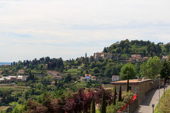 Ansicht vom Park in Citta Alta zu Panorama Hügel Sans Vigilio in Bergamo Lizenzfreie Stockfotografie