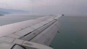 Ansicht vom Passagier-Flugzeug-Fenster auf Wing Flying über dem Meer stock video footage