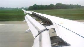 Ansicht vom Passagierfenster von Flugzeugen während der Landung auf Rollbahn stock footage