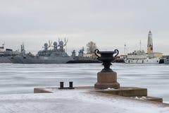 Ansicht vom Petrovsky-Pier zum Parkplatz der Kriegsschiffe der baltischen Marine an einem düsteren Januar-Tag Kronstadt Stockbilder