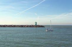 Ansicht vom Pier an Scheveningen-Strand auf einem anderen Pier mit Leuchtturm stockfotografie