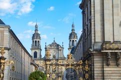 Ansicht vom Platz Stanislas auf historischen Gebäuden, goldenen bearbeiteten Zäunen und der Kathedrale Notre-Dame lizenzfreies stockfoto