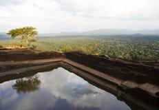Ansicht vom Pool am Sigiriya Felsen, Sri Lanka Lizenzfreie Stockbilder