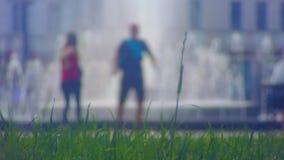 Ansicht vom Rasenrecht auf Brunnen stock video footage