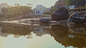 Ansicht vom ruhigen Fluss zur alten schönen indischen Stadt auf flacher Bank