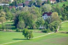 Ansicht vom Schloss Hohenwerfen zum Salzachtal in Werfen Salzburg Österreich - im Hintergrund die Berge Hohen Tauern lizenzfreies stockfoto