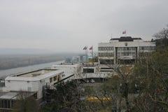 Ansicht vom Schloss zum slowakischen Parlamentspalast lizenzfreie stockbilder