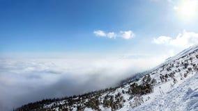 Ansicht vom Schnee bedeckte Berg im Winter lizenzfreie stockfotos