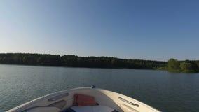 Ansicht vom Schnellboot wenn sich schnell bewegendes Überwasser stock video