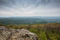 Ansicht vom schwarzen Felsen-Berg nahe großen Wiesen Lizenzfreies Stockbild
