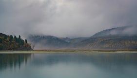 Ansicht vom See Akkem auf Berg Belukha nahe Brett zwischen Russland und Kasachstan während des goldenen Herbstes Stockbild