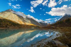 Ansicht vom See Akkem auf Berg Belukha nahe Brett zwischen Russland und Kasachstan während des goldenen Herbstes Stockfoto