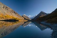 Ansicht vom See Akkem auf Berg Belukha nahe Brett zwischen Russland und Kazahstan während des goldenen Herbstes Stockbild