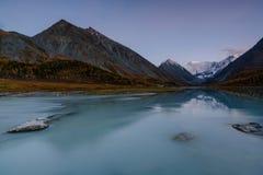 Ansicht vom See Akkem auf Berg Belukha nahe Brett zwischen Russland und Kazahstan während des goldenen Herbstes Lizenzfreies Stockbild