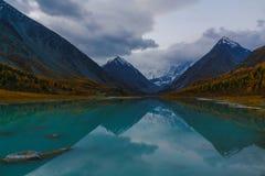 Ansicht vom See Akkem auf Berg Belukha nahe Brett zwischen Russland und Kazahstan während des goldenen Herbstes Stockfotografie