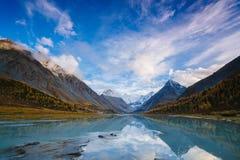 Ansicht vom See Akkem auf Berg Belukha nahe Brett zwischen Russland und Kazahstan während des goldenen Herbstes Lizenzfreie Stockfotos