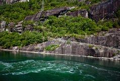 Ansicht vom See zum Gebirgsfelsensommer in Norwegen Lizenzfreie Stockfotos