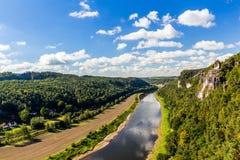 Ansicht vom Standpunkt von Bastei in der sächsischen Schweiz Deutschland zur Stadtstadt und zum Fluss Elbe an einem sonnigen Herb Stockbild