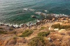 Ansicht vom steilen Seeuferhügel bedeckt mit Gras, Felsen und dee lizenzfreie stockbilder