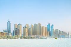 Ansicht vom Strand zu den Wolkenkratzern in Dubai Stockbilder