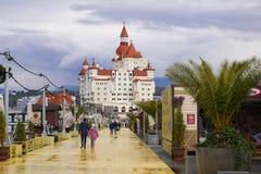 Ansicht vom Strand zum Bogatyr-Hotel in Adler Stockbilder