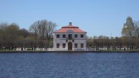 Ansicht vom Teich zur Villa stock footage