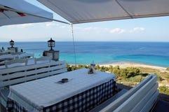 Ansicht vom Terrassencafé auf dem Türkismeer in Griechenland stockfotos