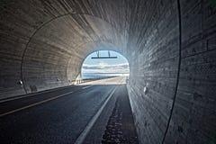 Ansicht vom Tunnel zum blauen bewölkten Himmel und zum Meer, Finnmark, Norwegen Stockfotos
