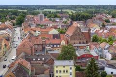 Ansicht vom Turm der Kirche zur Kleinstadt Lizenzfreies Stockfoto