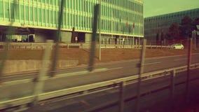 Ansicht vom Zugfenster auf dem sity stock video
