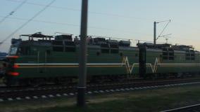 Ansicht vom Zugfenster, elektrische Lokomotive, die an der Station steht stock footage